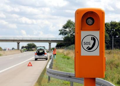 Autopanne und Notrufsule auf der Autobahn