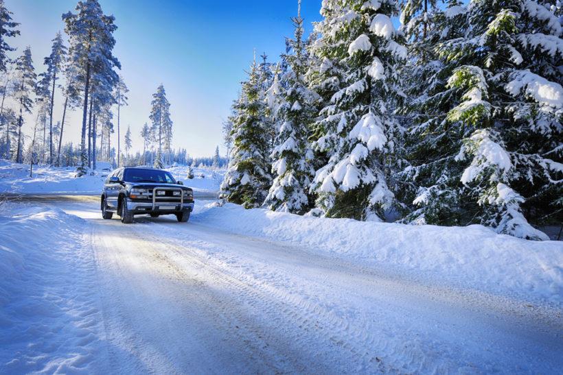 Auto fährt im Schnee
