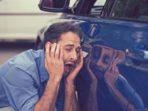 Autofahrer verzweifelt, weil er seinen Schlüssel vergessen hat