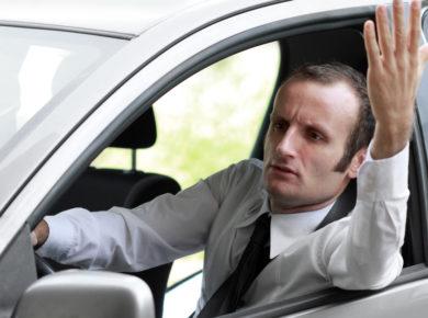 Mann im Auto ist ungeduldig