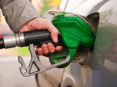 Man betankt sein Auto mit dem Falschen Benzin