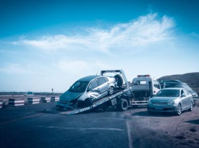 Unfallauto auf dem Abschleppwagen